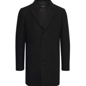 Super lækker Matinique frakke i uld og cashmere   Størrelse: Small   Nypris 2799,-   Frakken fejler absolut intet  Frakken komme fra et ikke ryger hjem.   Kom med et bud  Jakken kan sendes på købers regning eller afhentes i Aalborg
