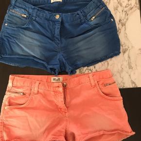 Søde unikke shorts i blå og koral. 2 for 1. Passer en lille medium og small.
