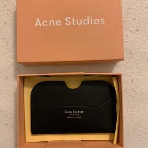 Helt ny Acne Studios kortholder. Aldrig brugt og har kun lagt i kassen.
