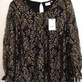Super flot elegant bluse med smukke detaljer brystmål 65x2 cm Længde 70 cm Bytter ikke - prisen er fast