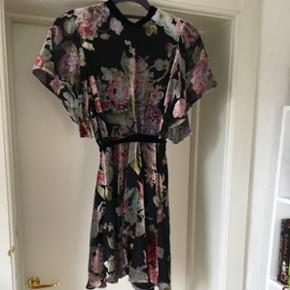 Beautiful velour Zara woman dress with a floral print and open back 👗 worn just once Np 549