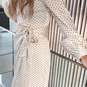 H&M trend kjole med prikker  Slå om kjole  Str 36 Brugt 2 gange og derfor i super stand 🤍🤍