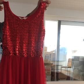 Sød rød kjole med palietter foroven og tyl nederdel