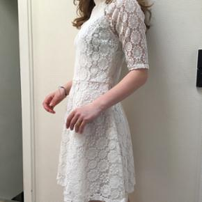 BYD😀 Super elegant og enkel blondekjole fra miss Selfrigde. Str 38. Kjolen er ALDRIG brugt.   Kjolen har lynlås i ryggen, og ærmerne går til lige over albuen Kan sagens bruges som konfkrmationskjole eller sommerkjole.   Budt pris skrives inklusiv fragt :)