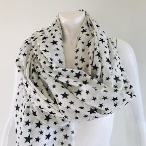 Lækkert hvidt tørklæde med stjerner fra Ebony, rigtig dejligt og let at have på. 100 % bomuld Str. 90x180 cm