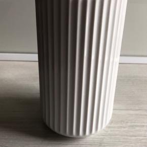 Lyngby vase i fin stand   På Amager