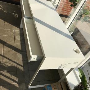 """Hvid Ikea """"micke"""" skrivebord 142x50 Brugt på kontorværelse, er stadig i go stand"""