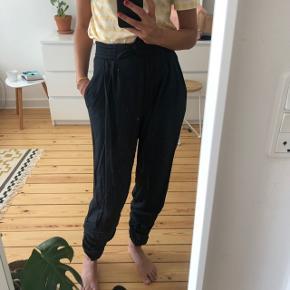 Fantastiske design bukser men aner ikke mærket. 👉🏻 Højtalede - lynlås- elastik bagpå i taljen- 💜totalt Nice pasform og super behagelige   De har bare aftjent deres værnepligt hos mig:)