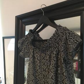 Off-shoulder kjole 💛
