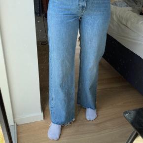 - Brugt mindre end 4 gange  - Fejler intet - Detalje med snore i bunden - Bukser med vide - Kan ikke finde buskerne på hjemmesiden, men modellen hedder: High rise wide leg jeans - Jeg er 180 cm høj -  💙💙