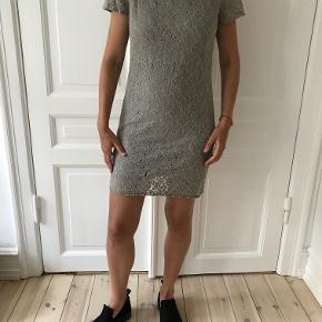 Virkelig smuk kjole fra Baum und Pferdgarten i smuk blonde sælges. Den er kun brugt én enkelt gang. Der er en underkjole med.   Kan afhentes på Frederiksberg, ellers betaler køber for porto og evt. ts-gebyr.  Fra armhule til armhule måler den ca. 49 cm.