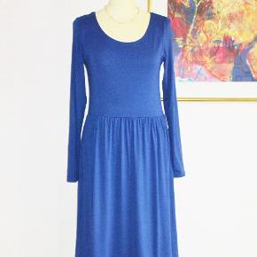 Mrk.: Zalando 100 % NY: lækker kjole m strech  Lækker koboltblå kjole i 96 % viscose + 4 % elastan  Brystvidde: 42-50 cm x 2 pga. elastan Længde: 104 cm  Ingen byt, og prisen er fast.