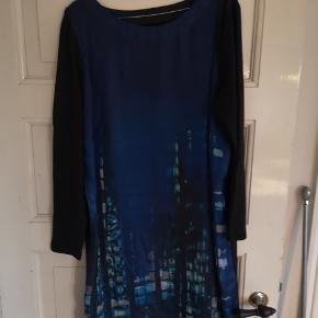 Fin kjole fra Paprika str. XL i blå farver BM på 59,5 cm