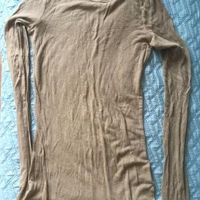 Flot striktrøje i uld blanding i lækker camel farve, brugt meget få gange, da jeg har flere af dem i forskellige farver.