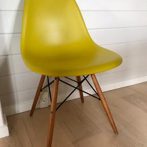 Lækker Charles Eames stol fra ikke-ryger hjem. Sædet er hård plast. Benene er ahorn. Der følger læderhynde med.   Vi har 6 stole i alt. Sælger dem samlet til 9.700kr.