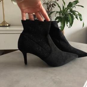 Fede glitter støvler (sock boots), købt på Zalando. Brugt få gange!  Brugte dem selv til nytårsaften ⭐️