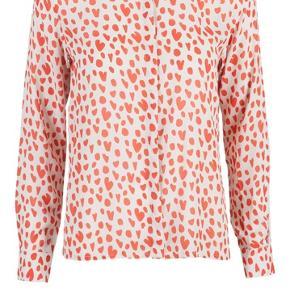 Smuk skjorte fra Stine Goya. Har to små huller bag på. Se billede 3. Trænger til at blive strøget.