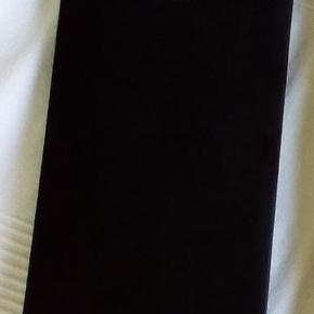 """Brand: Heist - The Thirty Varetype: Uåbnede par sorte kvalitets tights. 30 Denier. Str. EU 40 / UK 10. Højtaljede. Farve: sort Oprindelig købspris: 160 kr.  PRIS IKKE TIL FORHANDLING.   KAN IKKE BYTTE.  BEMÆRK * for at sende disse, er jeg nødt til at bukke det øverste af papiret lidt sammen for at få disse i en A4-kuvert.*  ---  1 par """"The Thirty"""" tights.  FARVE: sorte  TALJE: High Waistband  MÆRKE: heist   TYKKELSE: 30 denier  STR. : EU 40 /UK 10  STAND: Uåbnede, sælges da de er ubrugt gave jeg ikke skal bruge.  ---  Henvendelser om lavere pris / bud ignoreres."""
