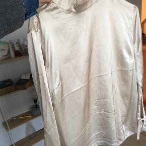 HOSBJERG silke bluse - aldrig brugt. 250 inkl :)