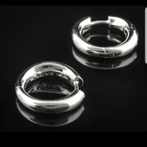 """Love kreoler øreringe fra Ole Lynggaard i 18 karat hvidguld, ø 15 mm, vægt 7,1 gr. Er stemplet """"LOVE"""" """"OLE L"""" """"CL"""". Original etui medfølger."""