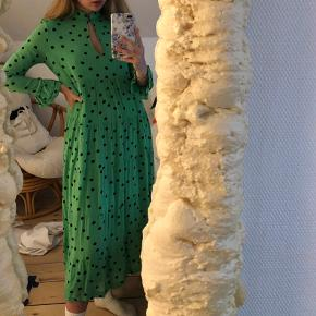 Flot grøn ganni kjole med sorte prikker💚