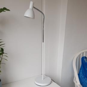 Gulvlampe/bordlampe, ca 80 cm høj. Mulighed for at blive ca 50 cm højere, hvis man sætter det ekstra stykke på. Fungerer perfekt.