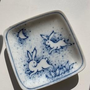 Rigtig fin lille porcelæns skål, som jeg har brugt som smykkeskål.  jeg har købt den inde i Cph-TOKYO Vintage. Der er en fin Japansk folklore historie som hører til motivet af haren og månen (Man kan Google sig til historien). 🌙🐇