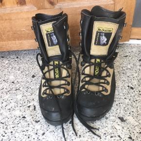 Sindssygt lækre, varme og proff hikingstøvler fra det italienske mærke La Sportiva. Støvlerne er i camelfarvet ægte læder yderst, har fast sål og udtagelig ekstra støtte til vristen (Velcro). Støvlerne har været brugt på en enkelt tur til Grønland, og har stort set ingen brugsspor eller slid.  Jeg foretrækker at handle via Trendsales og sende med DAO. Alternativt via MobilePay.  Køber betaler gebyr og fragt.