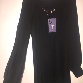 Rigtig flot og meget speciel Silke kjole fra pieszak sælges helt ny med prismærke  Den har snørrer foran og sidder så flot  Virkelig en smuk kjole 👌 Nypris 1600.-