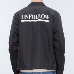 """Kael coach """"UNFOLLOW"""" jakke fra Wood Wood str S Meget pæn stand. Passer ca 160-170 cm Befinder sig i Nørresundby"""