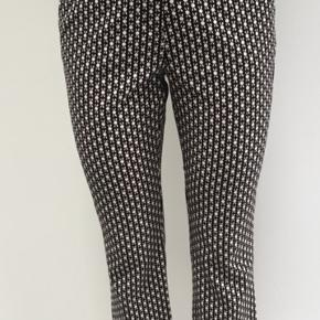 Mønstrede bukser fra H&M i str. 38. Lille trompetform i benene
