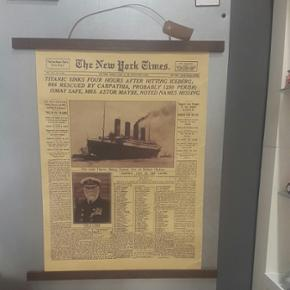 Titanic avisartikel inkl. magnet ramme i mørk massivtræ.  Plakat Str. 51 x 35.5 cm  Aldrig brugt - kun lige hængt op for at tage billeder.  Har selv givet 400 kr.  Køber betaler porto.