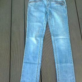 """Varetype: jeans bukser regular fit straight Størrelse: 27""""/32"""" Farve: Blå Oprindelig købspris: 700 kr.  farven er som de sidste billeder  Porto er sendt som forsikret pakke med Dao, med mindre andet aftales."""