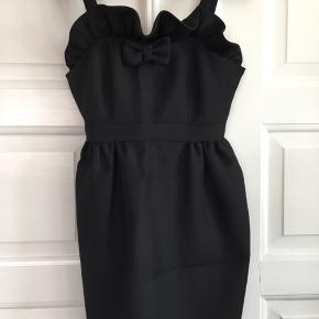 Kjolen er brugt et par gange og derfor som ny. Den har en lille fejl ved lynlåsen (se foto).