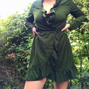 Grøn slå-om kjole med sorte prikker ☘️ Markeret som en str. XL men den passer en medium-large helt fint.  Kun brugt enkelte gange