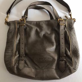 Liebeskind Berlin skøn lædertaske i perfekt stand, har for mange tasker og har bare ikke  fået den brugt..   Rummelig B:40 H:35 D:20  Større lynlåsrum bagpå ligeledes et indeni + 3 åbne lommer.