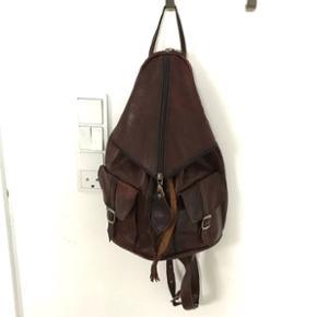 Smukkeste lille retro læder rygsækPerfekt til rejser med plads til en lille bog, pung, mobil nøgler og lignende.