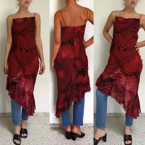 Lækker 90'er kjole med det smukkeste print og snit, men desværre en smule for lille til mig. 😭