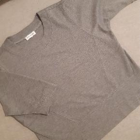 Let og dejlig casual trøje, blødt stof.