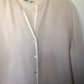 Skøn skjorte  fra Nadine H i 100 % lækker vasket Silke. Brugt få gange.