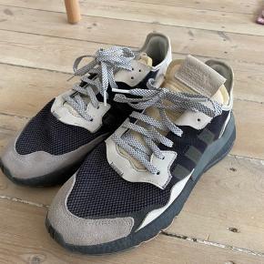 Sælger disse fede sneakers fra Adidas. Modellen hedder Nite Jogger. Jeg sælger da jeg ikke får dem brugt.   Begge par er str. 46 (Fitter 45)   Det sorte par con. 9/10  Det hvid er er con. 7/10  Pris 400 per styk