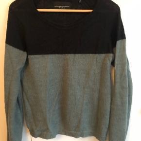 Sort + støvet grøn sweater.