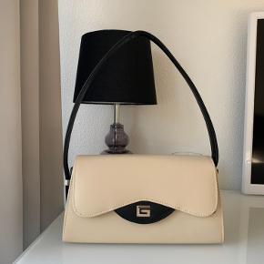 90'er inspireret taske fra Guess. 👜