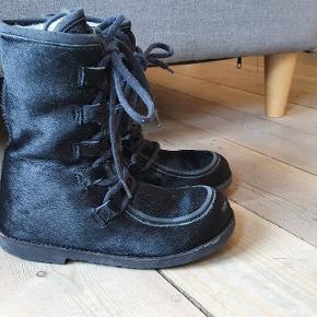 Sælskindsstøvler.  Brugt af 1 barn, støvlerne er med  brugspor men stadig fine og dejlig varme. De passes af en str 29/30  Farve sort sælskind. Lækre støvler foret med lammeuld.