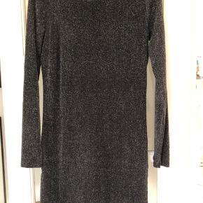 Vila kjole sort med sølv  Som ny brugt 1 gang
