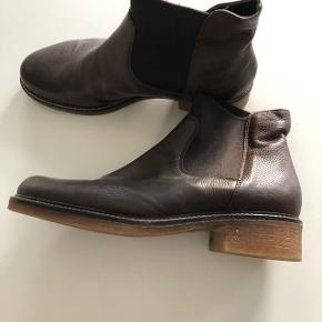 Brune støvler med rågummisål. Kan sendes mod betaling af porto kr. 40,00 med DAO.