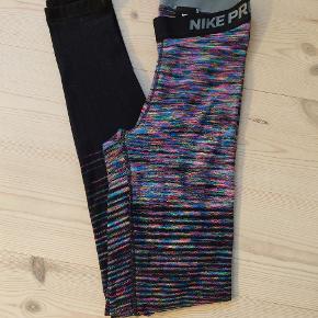 Super fede Nike Pro Warm tights. Brugt få gange til hverdagsbrug. Har desværre fået et lille bitte hul på det ene ben - ses dog ikke medmindre man kigger efter det.  Prisen er fast😁