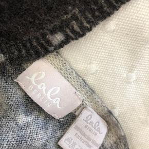 Lækkert aflangt tørklæde/halstørklæde i sort og grå.  Sælger meget andet