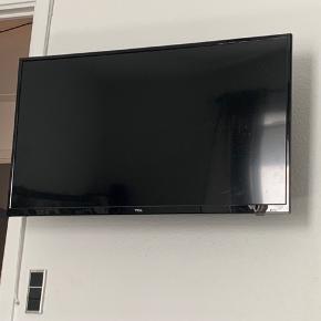 Tv fra tcl med tilhørende ophæng og fjernebetjening, stort set aldrig brugt!  BYD gerne!!!