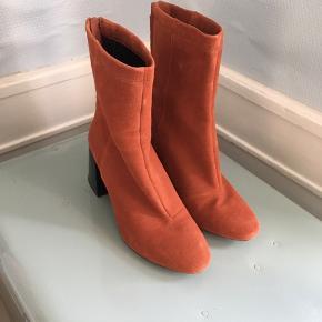 Støvler i ægte ruskind fra hm premium quality. Str 38. Kun brugt få gange. Sælges billigt.